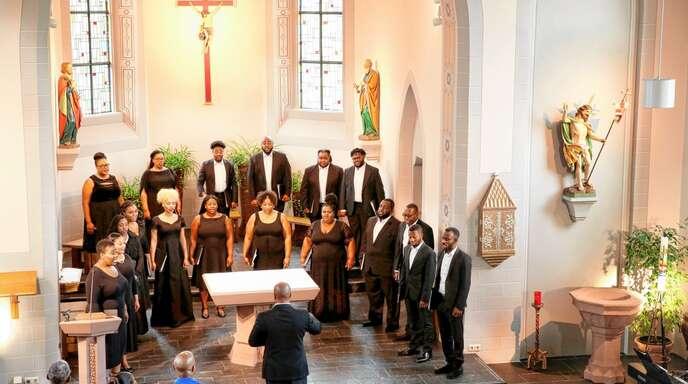 Große Stimmen und viel Temperament: Der Jeremy-Winston-Chorale beim Konzert im Chorraum der kleinen Kirche »St. Peter und Paul« in Offenburg-Bühl.