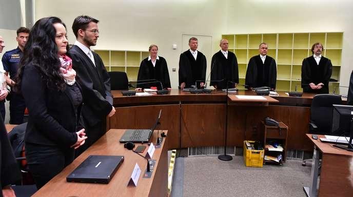 Die Angeklagte Beate Zschäpe steht neben ihrem Anwalt Mathias Grasel vor dem Vorsitzende Richter Manfred Götzl (3.v.r.) und den Vertreter des Staatsschutzsenats Gabriele Feistkorn (l), Peter Lang (2.v.l.) und Konstantin Kuchenbauer (2.v.r). Nach über fünf Jahren und mehr als 430 Prozesstagen werden im NSU-Prozess am Oberlandesgericht München die Urteile gesprochen. Die als Nationalsozialistischer Untergrund (NSU) bezeichnete Terrorgruppe hatte zwischen den Jahren 2000 und 2007 zehn Menschen in Deutschland e