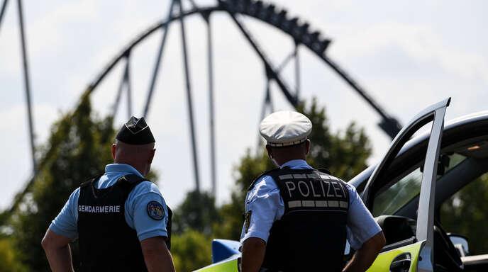 Der deutsche Polizist Oliver Gremm (r) und der französische Gendarm Patrick Aichholzer (l) vor dem Fahrgeschäft «Silverstar» des Europa-Parks. Beide sind Beamte des bundesweit ersten deutsch-französischen Polizeipostens. Die Polizeistation in Rust bei Freiburg ist mit Polizisten beider Länder besetzt. Und dient damit als eine Vorzeigewache. Die bisherigen Erfahrungen sind positiv.