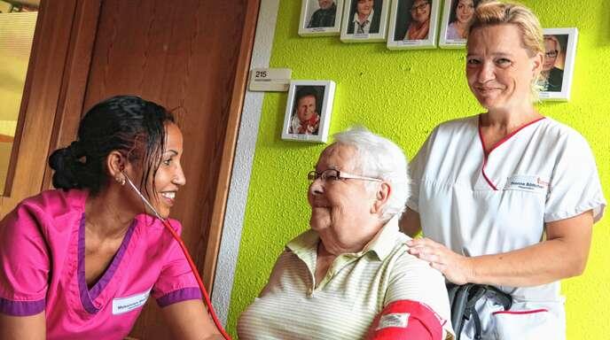 Altenpflege: ein sinnstiftender Beruf, der bei jungen Leute zu wenig Anklang findet. Mekonnen Menber (links) und Yvonne Böttcher arbeiten im Altenheim St. Josef in Oberkirch und kümmern sich beispielsweise um Renate Zink (Mitte).