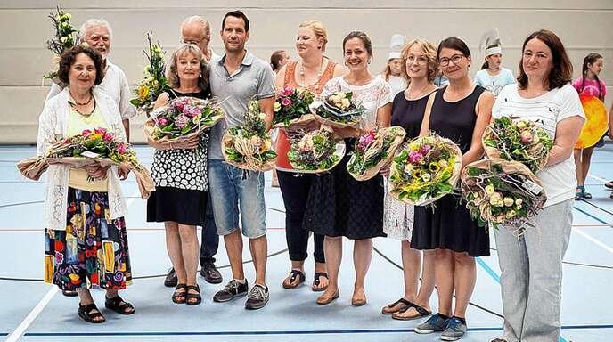 Am Anne-Frank-Gymnasium wurden Angelika Zimmermann (Dritte von links), Daniel Sauer (Fünfter von links) und Simone Stecker (rechts) mit Referendaren verabschiedet.