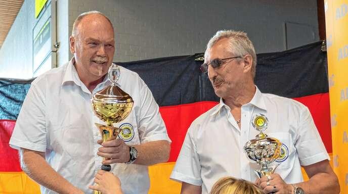 Reinhard Klumpp aus Fautenbach (links) setzte sich am vergangenen Wochenende gegen 14 Konkurrenten, darunter der Drittplatzierte Mike Grams aus Hannover (rechts), durch und sicherte sich seinen dritten deutschen LKW-Meistertitel.