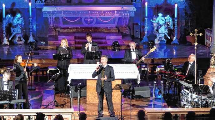 In der Acherner Pfarrkirche Unserer Lieben Mutter singt der Südtiroler Oswald Sattler seine sakralen Lieder. Unterstützt wird er vom Ensemble Otti Bauer und Chor.