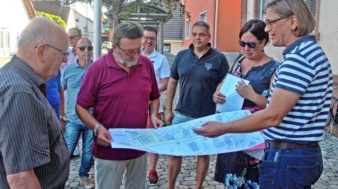 Tiefbauamts-Chef Udo Lau (rechts) informierte bei der SPD-Tour am Donnerstagabend über den möglichen Ausbau der Mietersheimer Hauptstraße.