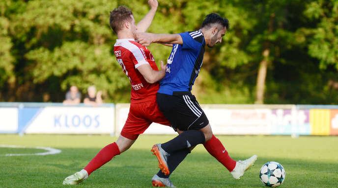 Ob Violand Kerellaj (r.), hier im Duell mit OFV-Spieler Sammy Geiler, nach seiner Gelb-Roten Karte im Pokal gegen Waldkirch gesperrt ist, muss abgewartet werden.