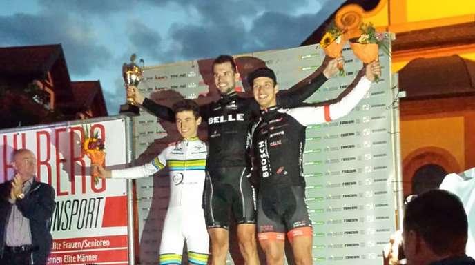 Strahlender Sieger: Marcel Fischer (M.) vom Team Belle Stahlbau.
