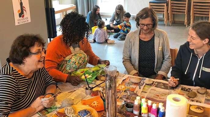 Mit Lichtertüten und Steinen arbeiteten die Frauen im letzten Treffen im evangelischen Gemeindehaus in Meißenheim. Betreut wurden sie dabei von Irene Leonhardt (links).