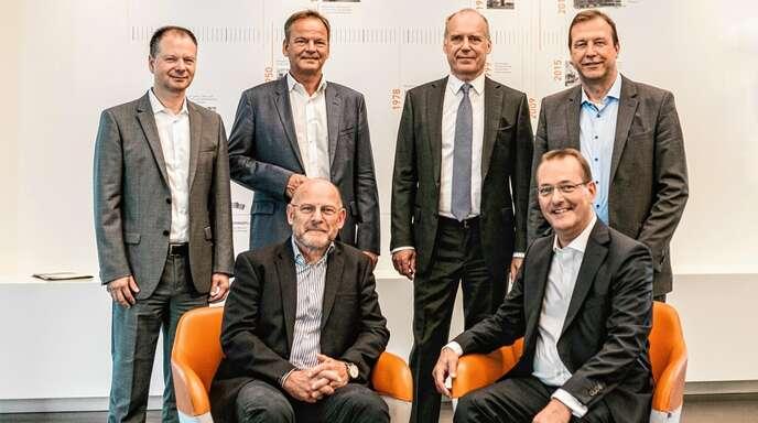 Johannes Obrecht (COO), Frank Scherer (Landrat des Ortenaukreises), Bernd Bartmann (CFO), Thomas Marwein (Offenburger Landtagsabgeordneter Buendnis 90/Die Grünen) informierten sich mit Verkehrsminister Winfried Hermann (vorne von links) und Volker Simon (Sprecher/CEO) über das Progress-Werk Oberkirch.