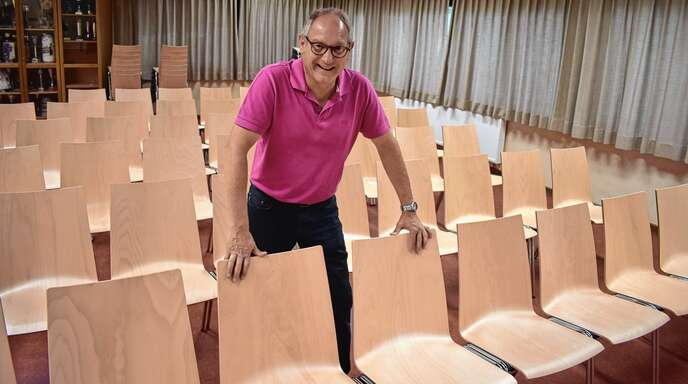 Oberschopfheims Ortsvorsteher Michael Jäckle probierte als Erster die neuen Stühle in der Auberghalle aus.