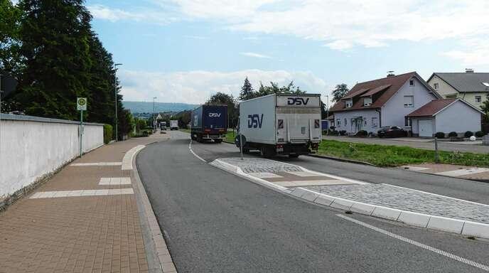 Der Lkw-Verkehr in der Bahnhofstraße im Kernort kommt bei Bürgern nicht gut an.