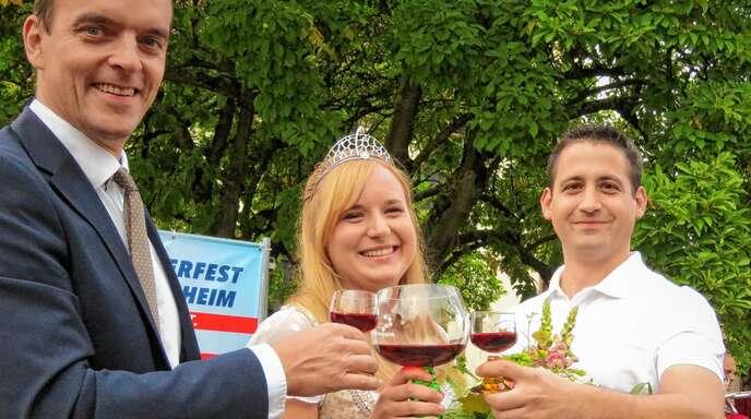Das Bürgerfest eröffneten gestern Abend (von links) Bürgermeister Erik Weide, die Breisgauer Weinprinzessin Claudia Vetter und Timo Siefert, Chef der Vereinsgemeinschaft.