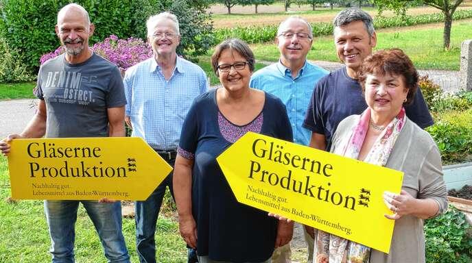 Infos und Unterhaltung bietet die Aktion »Gläserne Produktion« in Fautenbach (von links): Pius Weber, Heinrich Glaser, Marianne Ganter, Albrecht Längle, Rainer Ganter (BLHV) und Luzia Bollack-Beuschlein (Landwirtschaftsamt Ortenaukreis).
