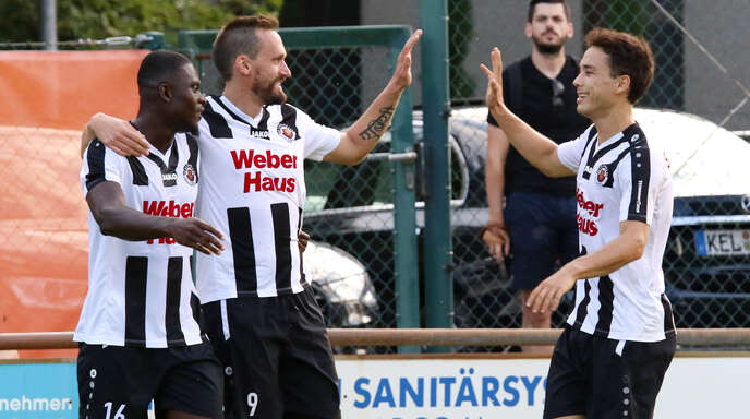 Erleichtert: Jean-Gabriel Dussot (l.) und Piakai Henkel (r.) freuen sich mit Doppeltorschütze Marc Rubio (M.) über den 3:1-Sieg des SV Linx im SBFV-Pokal gegen den SC Lahr.