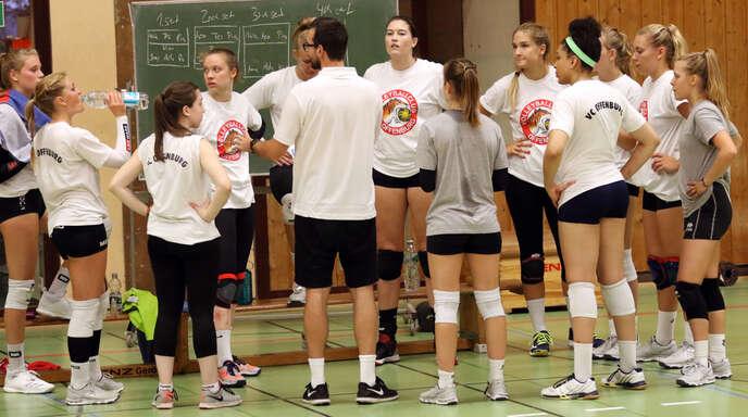 VCO-Trainer Florian Völker (6. v. l.) strebt mit seiner stark verjüngten Mannschaft nach der bärenstarken Vorsaison die Titelverteidigung in der 2. Volleyball-Bundesliga Süd an.