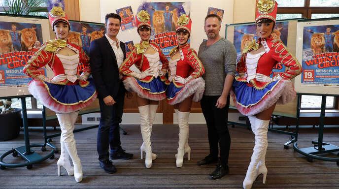 Die beiden Tierlehrer Alexander Lacey (links) und Marek Jama freuen sich genauo wie die Damen vom Ballett auf den Weihnachtscircus.