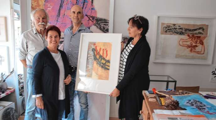 Die Übergabe des Adventskalendermotivs fand im Atelier von Manfred Schlindwein statt. Hier trafen sich (von links): Manfred Schlindwein, Lions-Präsidentin Liane Karden-Krauß, Stephen Müller und City-Managerin Iris Sehlinger.