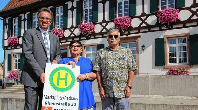 Das bestehende Angebot im Öffentlichen Personennahverkehr wird durch das Rufauto verbessert: (von links) Bürgermeister Michael Welsche sowie Claudia Meder-Thumberger und Helmar Thumberger von der Firma Baden-Blitz.