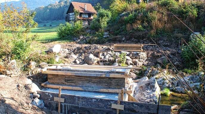 Bei der Kopp-Mühle in Ottenhöfen wird eine Fußgängerbrücke über die Acher gebaut. Das Foto zeigt die beiden betonierten Widerlager, auf denen das Bauwerk errichtet wird.
