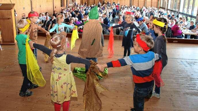 Die Kinder vom Wagshurster Kindergarten bereiteten den Besuchern viel Freude beim Herbstfest der Sozialstation.