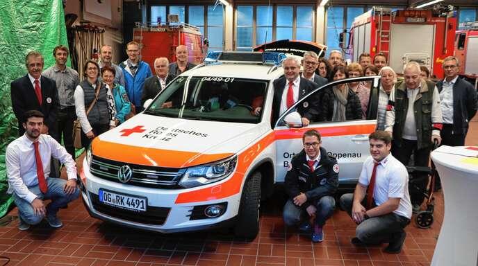 Die Ehrenamtlichen des DRK Ortsvereins Oppenau freuten sich am Donnerstagabend gemeinsam mit den Spendern über das neue Einsatzfahrzeug für die »Helfer vor Ort«.
