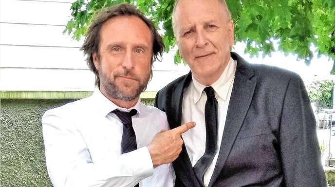 »Der spielt den Schornagel«, scheint Bjarne Mädel sagen zu wollen, indem er auf Michael Weinzierl deutet und vermittelt, dass zwischen den Schauspielern zum Film 25 km/h beste Atmosphäre herrschte.