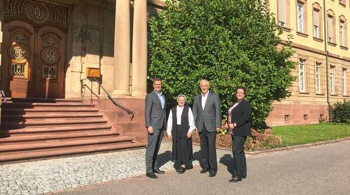 Bürgermeister Gregor Bühler, Provinzoberin Rita Eble, Ortsvorsteher Rudi Retsch und Michaela Meyer von der Joseph-Stiftung vor dem Kloster Erlenbad.