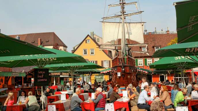 EIne äußerst beliebte Anlaufstelle ist auch in diesem Jahr der Hamburger Fischmarkt auf dem Offenburger Marktplatz. Rund um das imposante Schiff haben es sich auch auf diesem Foto zahlreiche Menschen bequem gemacht.