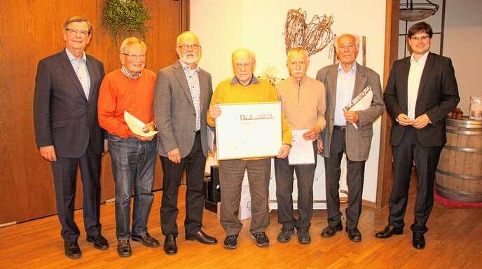 CDU-Landtagsabgeordneter Willi Stächele (links) und CDU-Ortsverbandsvorsitzender Johannes Rothenberger (links) ehrten Edgar Doll (50 Jahre), Bernhard Peschke (50 Jahre), Meinrad Müller (65 Jahre), Gerhard Burster (60 Jahre), Karl Männle (60 Jahre) für jahrzehntelange Parteitreue zur CDU Deutschlands (von links).