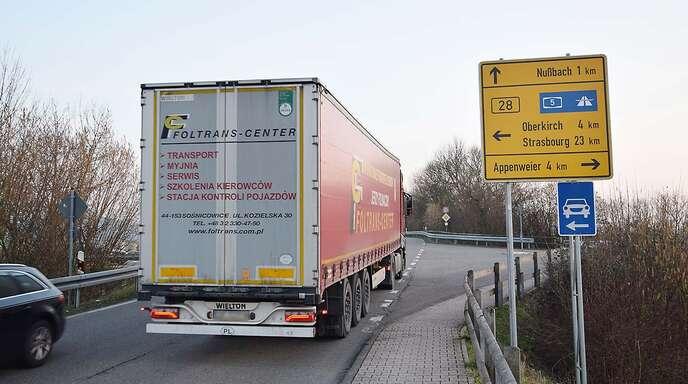 Noch quälen sich Lkw durch die Ortsdurchfahrt von Nußbach und Zusenhofen. Der Bau der Umfahrung Zusenhofen/Nußbach, der den Durchgangsverkehr auf die neue Kreisstraße umlenken soll, ist aber nach wie vor nicht in trockenen Tüchern.