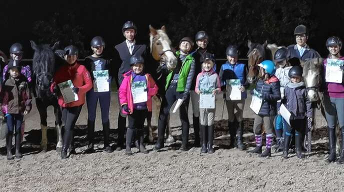 24 junge Reiter absolvierten am Wochenende beim Rheinbischofsheimer Reiterhof Hinterwald ihr Reiterabzeichen.