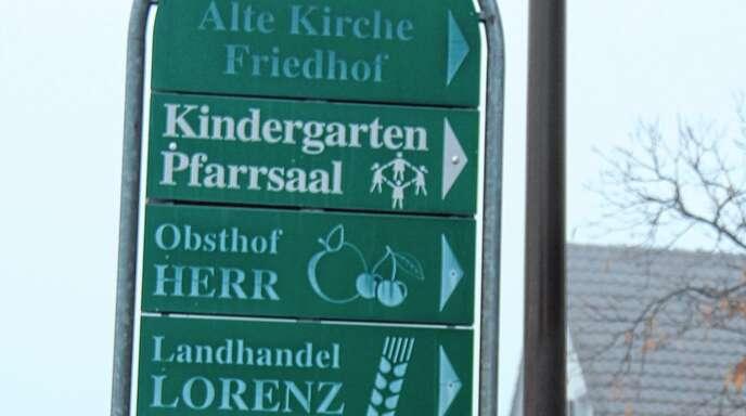 Verblasst sind die vor rund 20 Jahren aufgestellten Hinweisschilder auf Geschäfte und Einrichtungen in Fautenbach. Sie sollen erneuert, aktualisiert und teils auch optisch umgestaltet werden, beschloss der Ortschaftsrat.