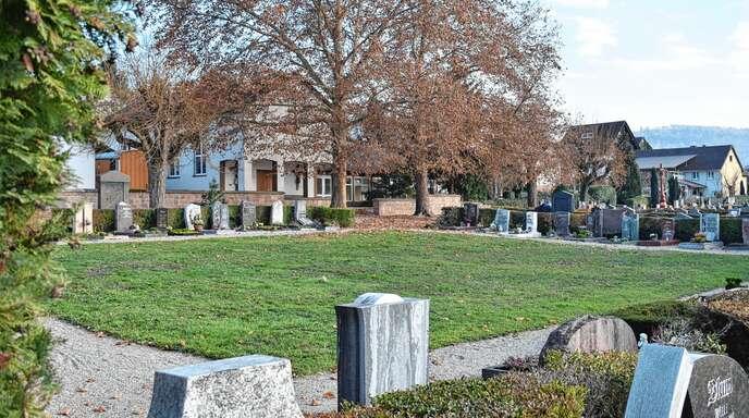 Deutlich tiefer in die Tasche greifen müssen künftig Hinterbliebene, wenn sie jemand in der Gemeinde beerdigen wollen. Künftig soll es zudem auf dem Friedhof im Kernort (Foto) eine Alternative zum Friedwald geben.