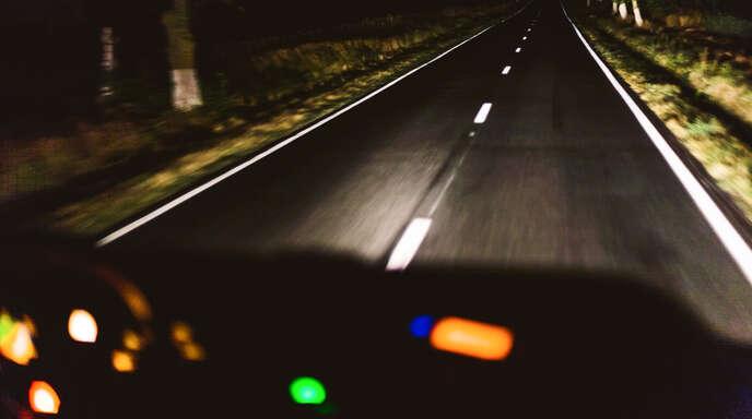Nachts Auto zu fahren strengt die Augen an – für Brillenträger kommen oft noch weitere Sichteinschränkungen dazu. Dagegen gibt es jetzt aber spezielle Gläser.