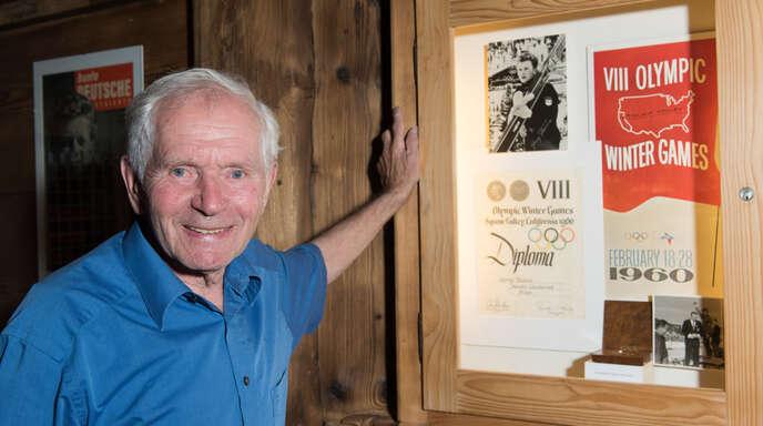 Der ehemalige Nordische Kombinierer Georg Thoma im Skimuseum von Hinterzarten neben seiner Goldmedaille von Olympia 1960, die ihn zum Sportler des Jahres machte.