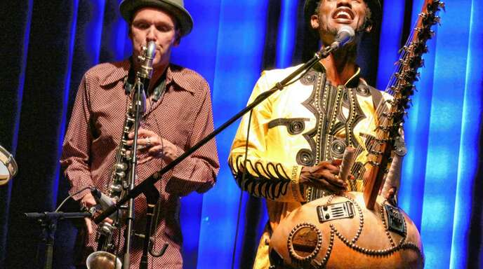 Entfachten beim Auftritt in Kehl ein Feuerwerk aus Melodie und Rhythmus: Jan Galega Brönnimann mit der Bassklarinette (links) und Sänger Moussa Cissokho mit der afrikanischen Stegharfe Kora.