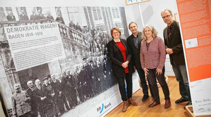 Am Eingang zur Ausstellung (von links): Carmen Lötsch (Leiterin Fachbereich Kultur) Wolfgang M. Gall und Regina Brischle vom Museum Ritterhaus sowie Kurator Peter Exner.