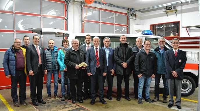 Spender und Mitglieder des DRK versammelten sich in Bad Peterstal zur Einweihung des neuen Mannschaftstransportwagens des DRK-Ortsvereins Bad Peterstal.