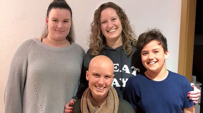 Die 18-jährige Isabelle Keller (vorne) leidet unter Knochenkrebs. Unterstützt wird sie von ihrer Schwester Laura, ihrer Mutter Jasmine und ihrem Bruder Luca (hinten von links).