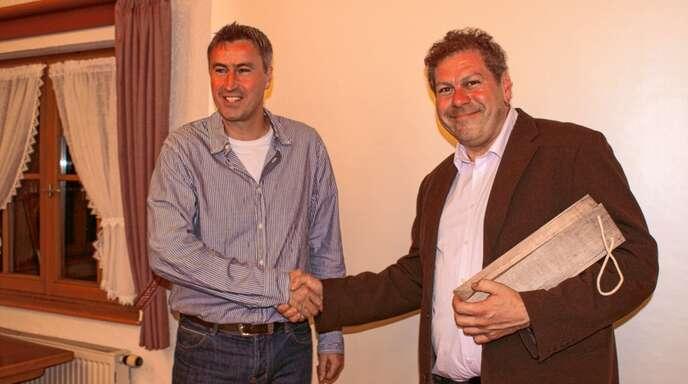 Theo Blaich (links) von den Geschichtsfreunden Kapplertal dankte Niklot Krohn für seinen spannenden Vortrag über »Römische Urbanität«.
