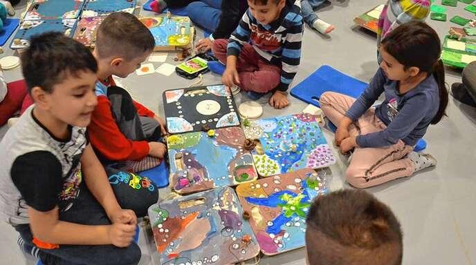 Zum Auftakt eines neuen Projekts an der Kunstschule Offenburg haben die Teilnehmer fantasievolle Spielbretter gebastelt.