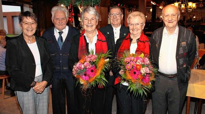 Fünf Sängerinnen und Sänger waren dabei, als vor 65 Jahren der Kirchenchor Obersasbach gegründet wurde. Bei der Jubiläumsfeier wurde diese einmalige Leistung gebührend gewürdigt, von links Vorsitzende Lydia Hauser, Josef Seifermann, Anneliese Seifermann, Gisela Höß, Egon Vierthaler und Walter Kinz.