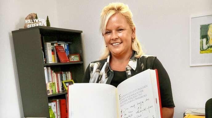 Seit 27 Jahren arbeitet Heidi Haberecht bei der Stadt Offenburg, lange Zeit ist sie die Leiterin der Pressestelle gewesen. Hier zeigt sie das goldene Buch der Stadt.