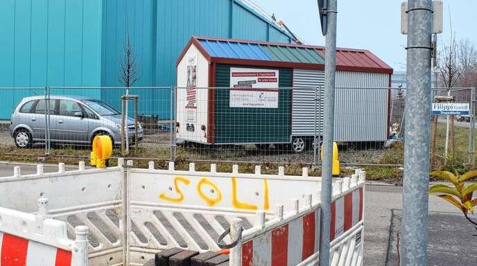 Im interkommunalen Gewerbegebiet IKG in der Heid in Achern laufen die Arbeiten zur Verlegung von Glasfasern für schnelles Internet bis in die Gebäude.