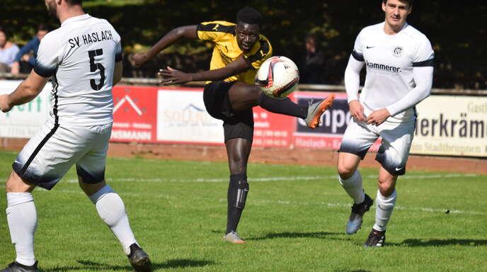 Geht nach der Winterpause für den Verbandsligisten SC Lahr auf Torejagd: Ousman Bojang (Mitte).