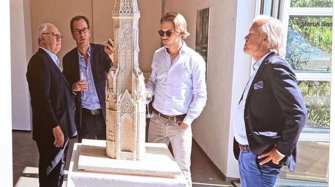 So soll der Turm einmal aussehen: In einer Broschüre zum Projekt ist dieses Foto mit dem Modell abgebildet, das Hubert Burda zusammen mit dem Architekten Roberto Peregalli, seinem Sohn Jacob Burda und seinem Berater Kari Albermann (von links) zeigt.