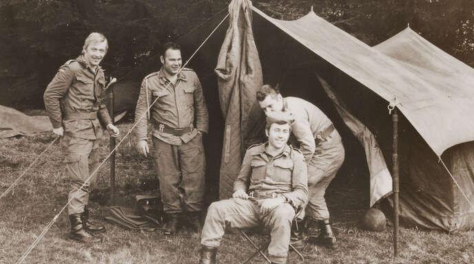 Bei einer Pause vor der Gefechtsübung ging es hier locker zu. Doch das Kasernenleben war keinesfalls ein Vergnügen, wie es Harry Waibel beschreibt.