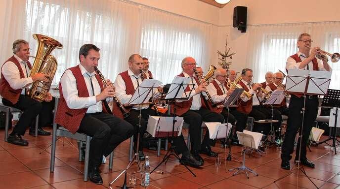 Ortsvorsteher Joachim Haas sprach beim Seniorennachmittag in Nußbach über den Kindergarten-Neubau und den Kreisverkehr an der B28. Für Unterhaltung sorgten die Nußbacher Dorfmusikanten.