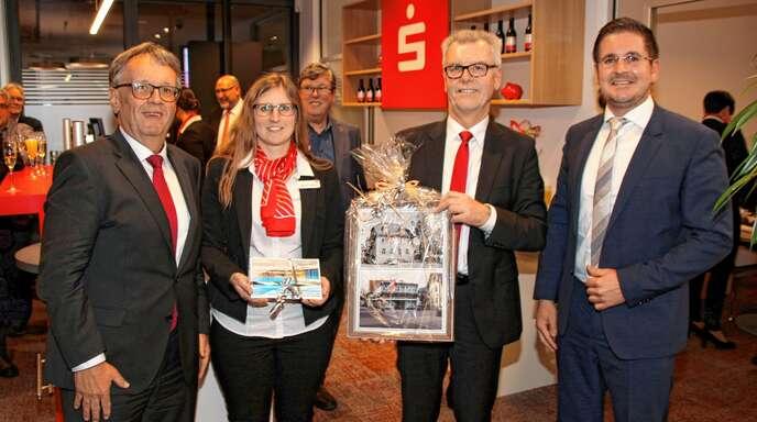 Die »Sparkasse für das Achertal« wurde in Kappelrodeck nach einer umfangreichen Modernisierung neu eröffnet: (von links) Bereichsdirektor Gerhard Federle, Geschäftsstellenleiterin Manuela Vierthaler, Direktor Karl Bähr und Bürgermeister Stefan Hattenbach.