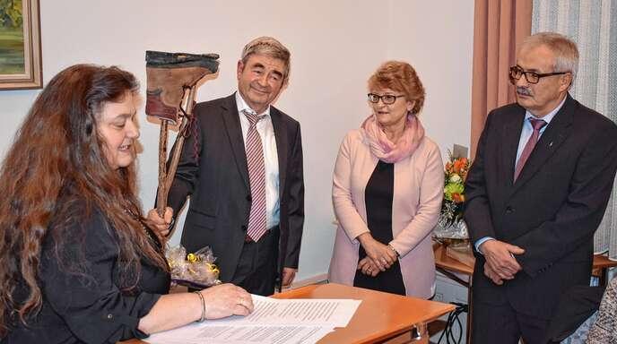 Susanne Stahl (von links) und Oskar Kopf überreichen Richard Haas (rechts, mit Ehefrau Monika) ein Abschiedsgeschenk im Namen des Ortschaftsrats.