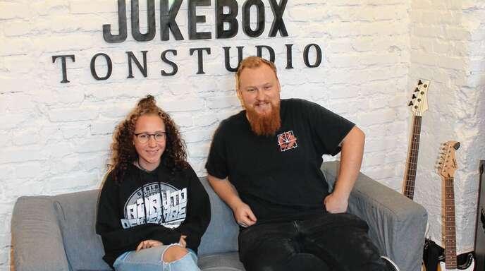 »Juke«-Leiter Heiko Borsch und seine Mitarbeiterin Jacqueline Egg im Tonstudio des Jugendtreffs.